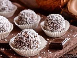 Бисквитени бонбони / топчета с течен шоколад и кокосови стърготини без печене - снимка на рецептата